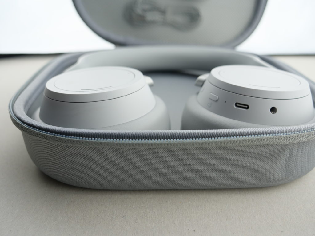 Surface headphones dans sa housse, vue rasante
