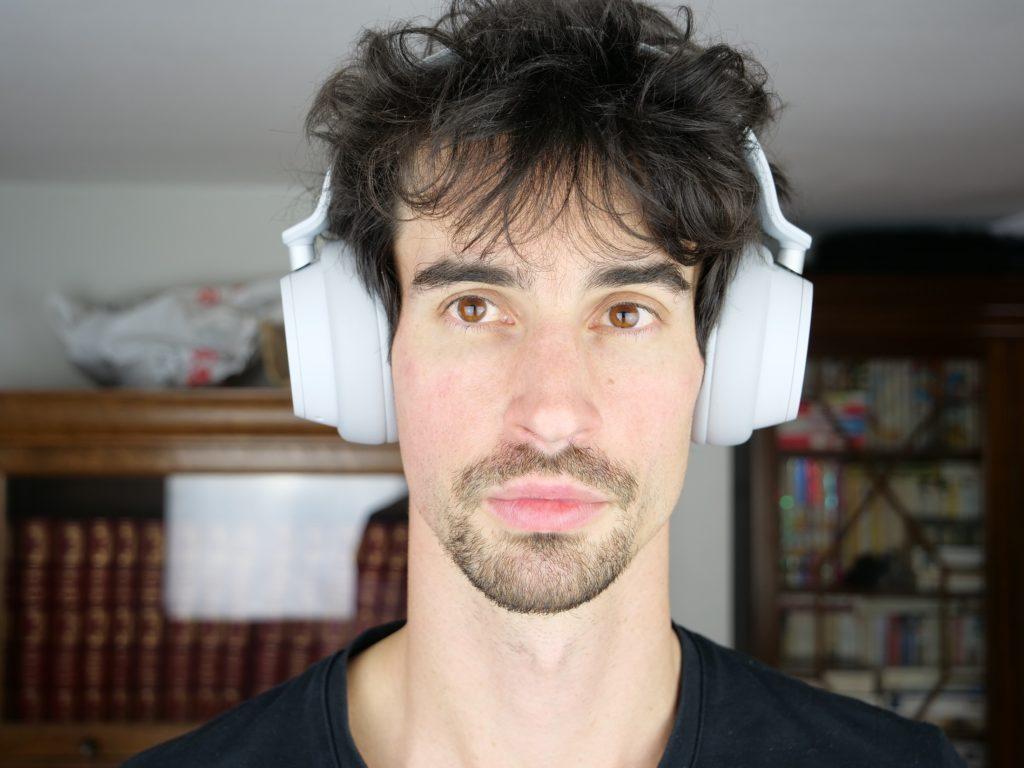 Surface headphones porté sur la tête, de face